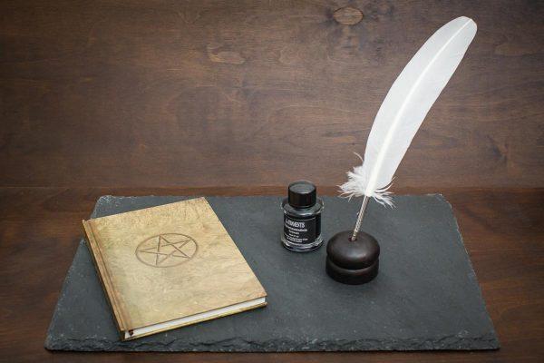 Grimoire Set mit braunem Schattenbuch, weißen Schreibfeder, Tinte und Federhalter