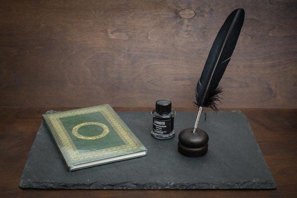 Grimoire Set mit grünem Schattenbuch, schwarzer Schreibfeder, Tinte und Federhalter