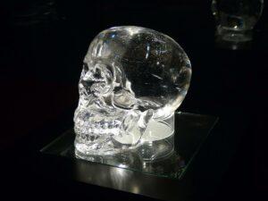 Kristallschädel aus sehr klarem Bergkristall