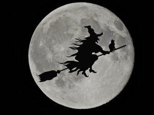 Das Klischee: Hexe fliegt auf ihrem Hexenbesen