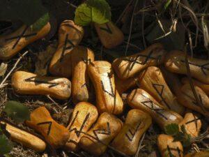 Runen auf Holz