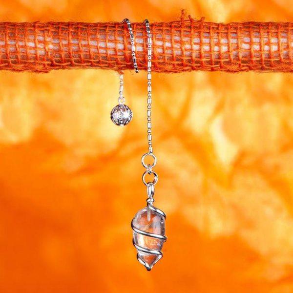 Spiralpendel aus versilbertem Messing mit Bergkristall