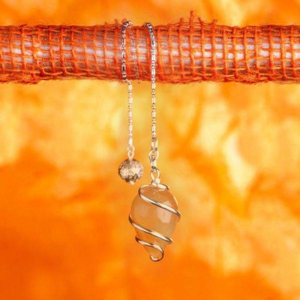 Spiralpendel aus versilbertem Messing mit Karneol