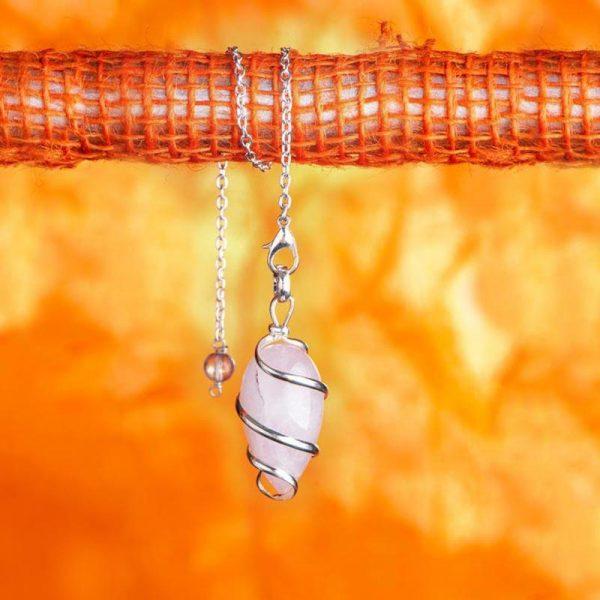 Spiralpendel aus versilbertem Messing mit Rosenquarz