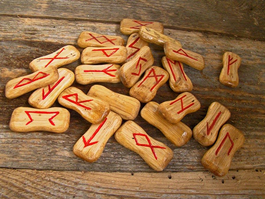 Runen in ein Holzplättchen geritzt.