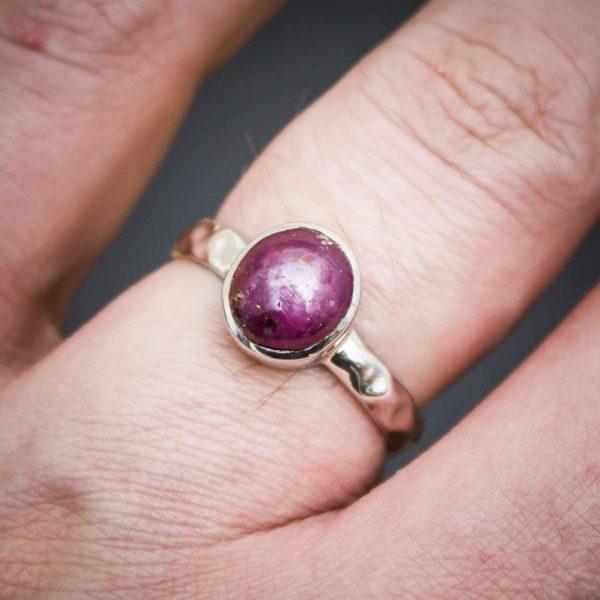 Ring mit Sternrubin aus 925er Sterling-Silber