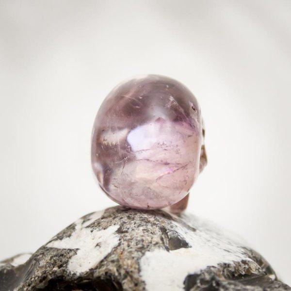 Ametrin-Kristallschädel mit Regenbogen aus Handarbeit