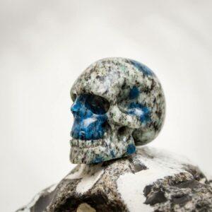 Handgearbeiteter Kristallschädel aus K2 (Granit mit Azurit)