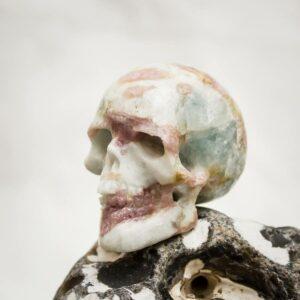 Turmalin in Quarz-Matrixkristall - Kristallschädel aus Handarbeit