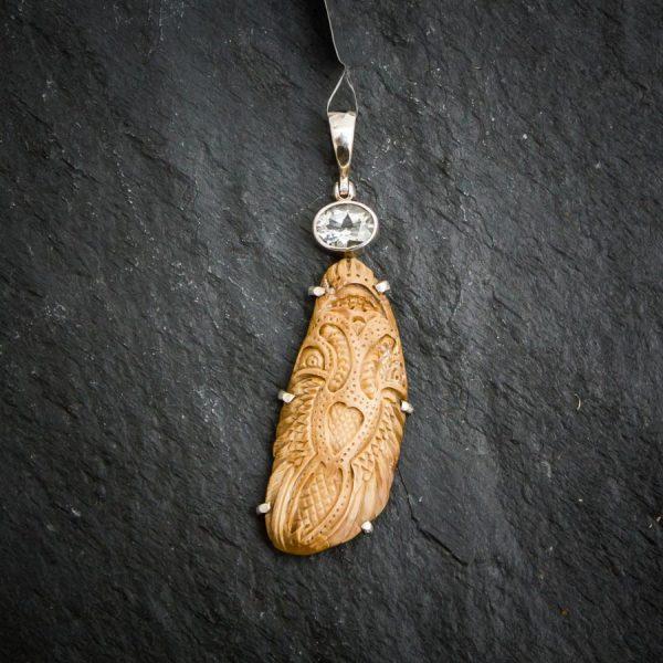 """Kraft-Amulett """"Luft Totem"""" aus Mammut-Elfenbein mit Topas"""