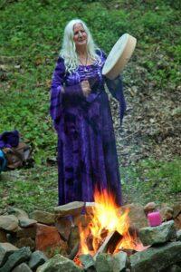 Peti Songcatcher mit Schamanentrommel am Lagerfeuer