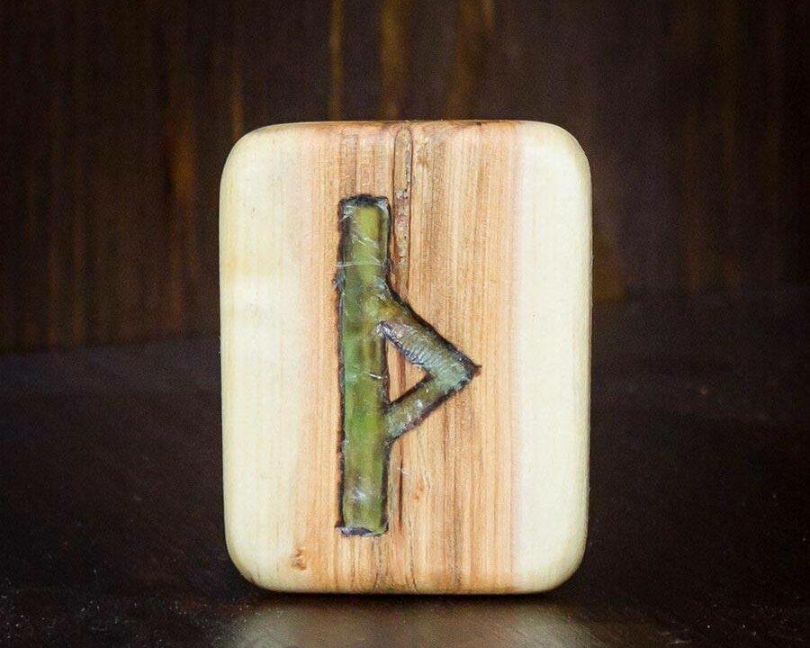 Holzplatte mit der Rune Thurisaz eingeritzt