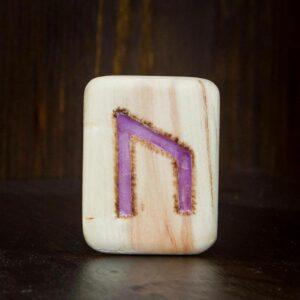 Holzplatte mit der Rune Uruz eingeritzt