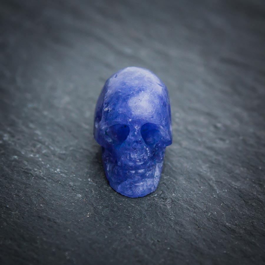 Tansanit-Kristallschädel aus Handarbeit