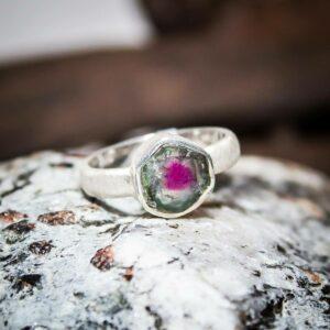 Ring aus gebürstetem 925er Sterling-Silber mit Wassermelonen-Turmalin