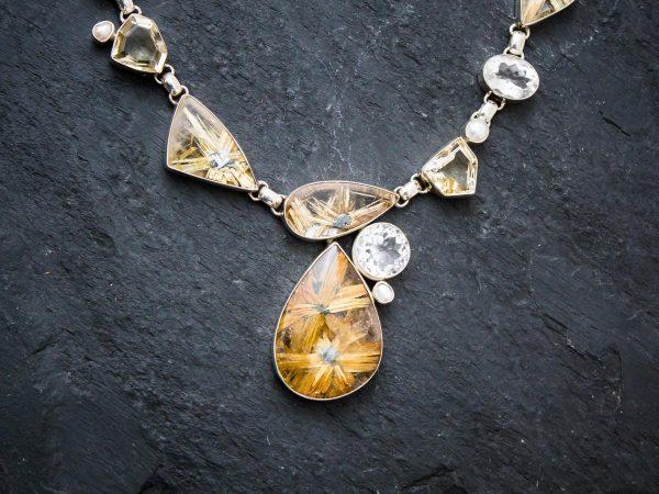 Rutilquarz Collier, verziert mit Bergkristall, Citrin und Perlen. Detailansicht.