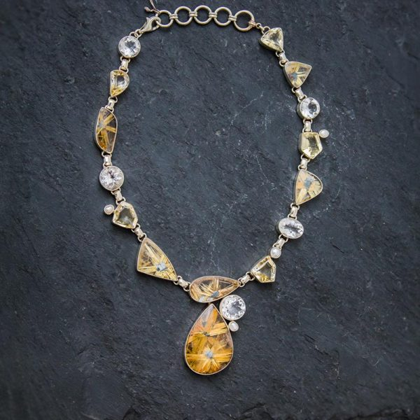 Rutilquarz Collier, verziert mit Bergkristall, Citrin und Perlen.
