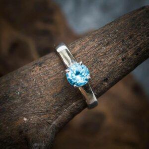 Ring aus 925er Sterling-Silber mit geschliffenem blauen Topas