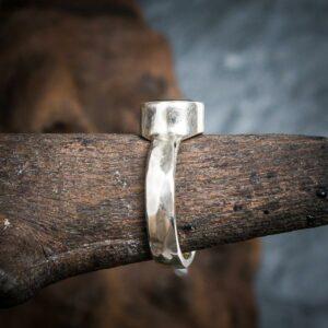 Ring aus 925er Sterling-Silber mit geschliffenem Peridot