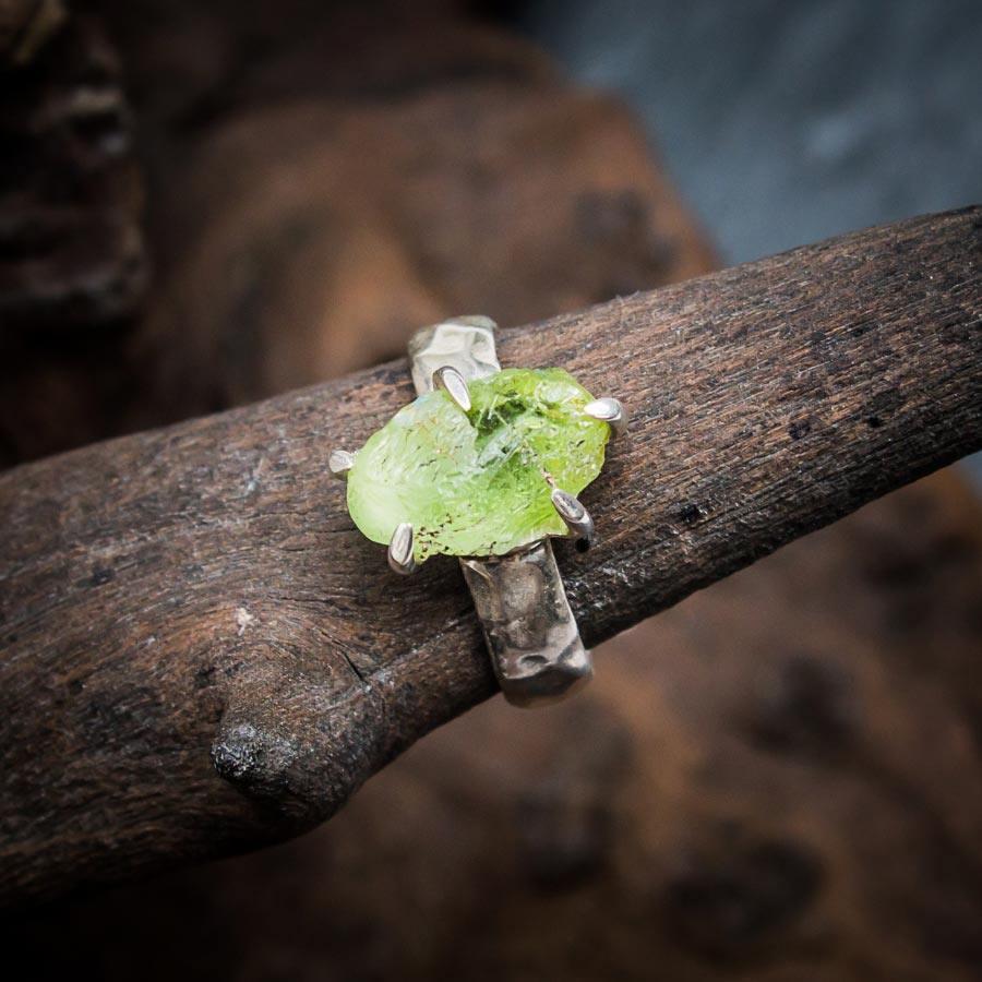 Ring aus 925er Sterling-Silber mit Peridot-Rohstein