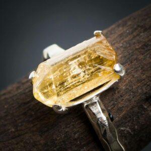 Nahaufnahme Silberring aus 925er Sterling-Silber mit ungeschliffenem Imperial Topas