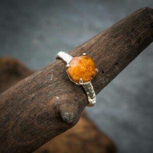 Ring aus 925er Sterling-Silber mit ungeschliffenem Spessartit-Granat