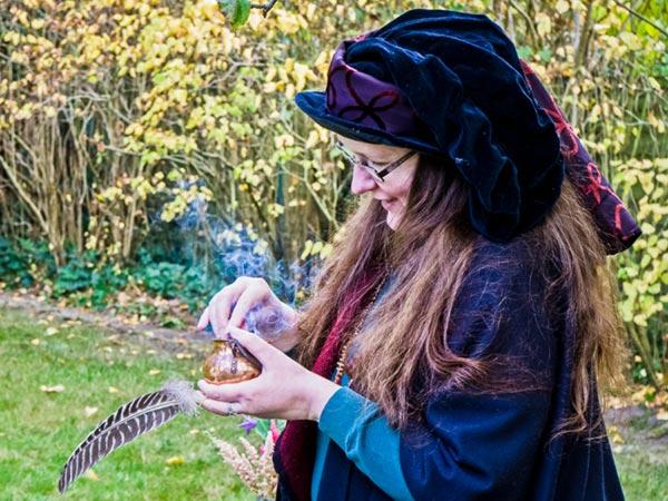 Elanor vom Eichenmoor beim Räuchern während eines Rituals.
