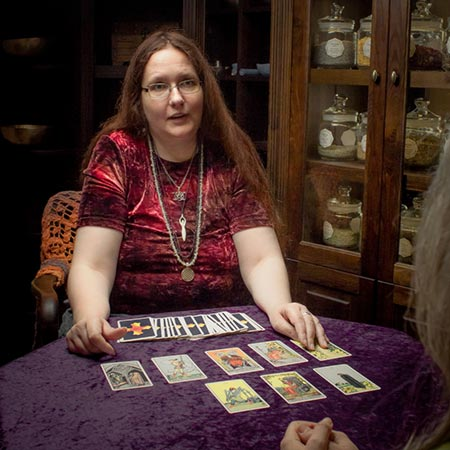 Die Hexe Elanor vom Eichenmoor legt Tarot in der Hexerey, dem Hexenladen in Hamburg.