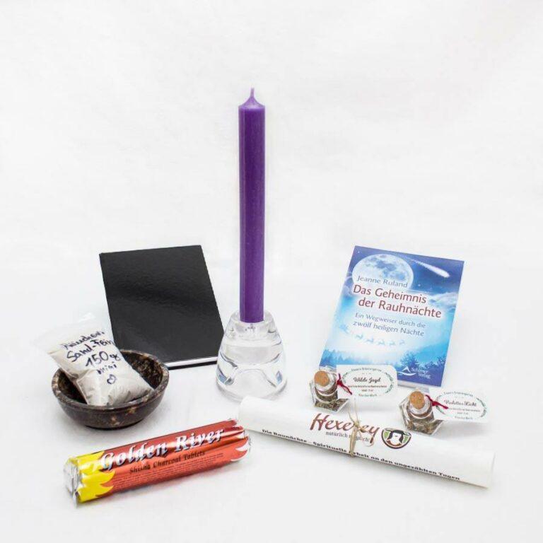Das Rauhnacht-Ritualset der Hexerey besteht aus Kerze mit Halter, Räucherschale, Sand, Räucherkohle, zwei Räuchermischungen, Buch über die Rauhnächte, Notizbuch und Anleitung