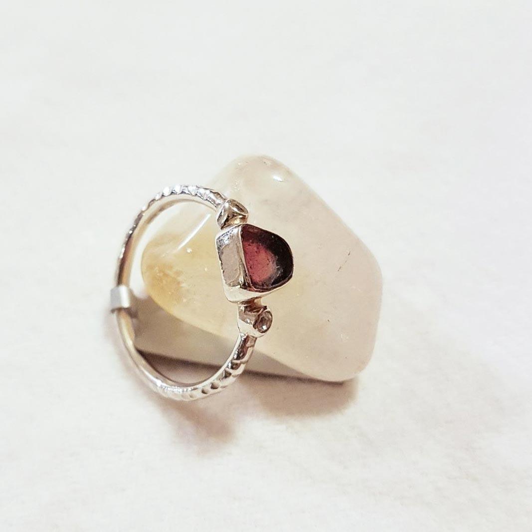 Filigraner Ring mit Wassermelonenturmalin und zwei kleinen facettierten Topasen