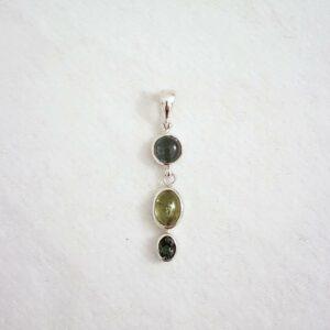 Die Farbvielfalt von Turmalinen kommt in diesem Silberanhänger zum tragen, denn jeder der drei Steine hat eine andere Schattierung: Bläulich, grünlich und Petrol.