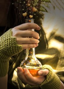 Eine Person hält eine Flasche mit einem Liebestrank für einen Liebeszauber in den Händen.