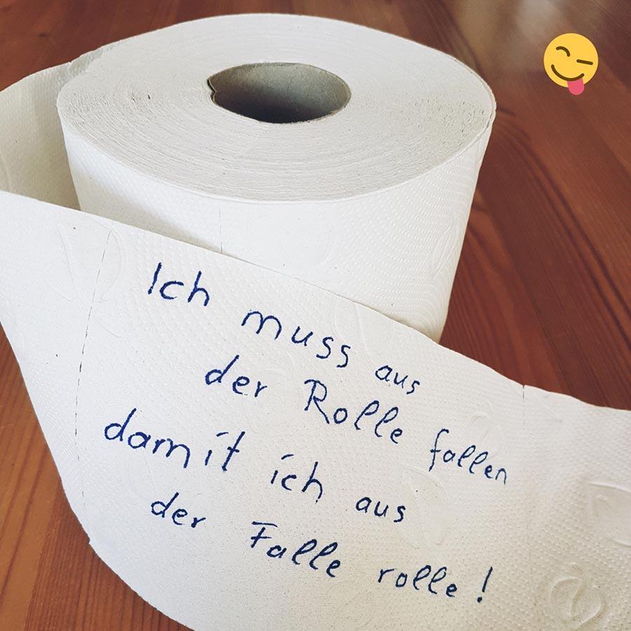 Rolle Toilettenpapier mit lustigem Spruch.
