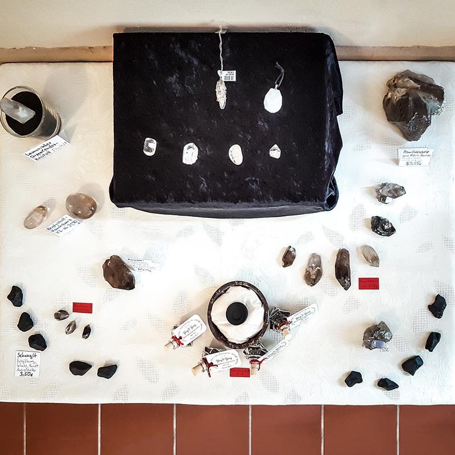 Auswahl an Bergkristall, Rauchquarz, Schungit und Räuchermischungen zum Thema Schutz und Stabilität