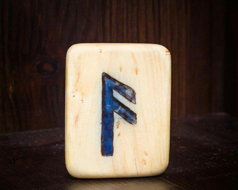 Holzplatte mit der Rune Ansuz eingeritzt