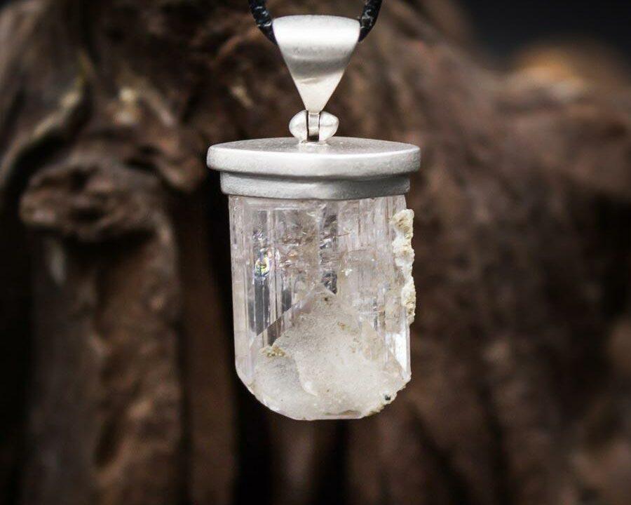 Anhänger mit großem Danburit Rohkristall gefasst in 925er Sterling-Silber