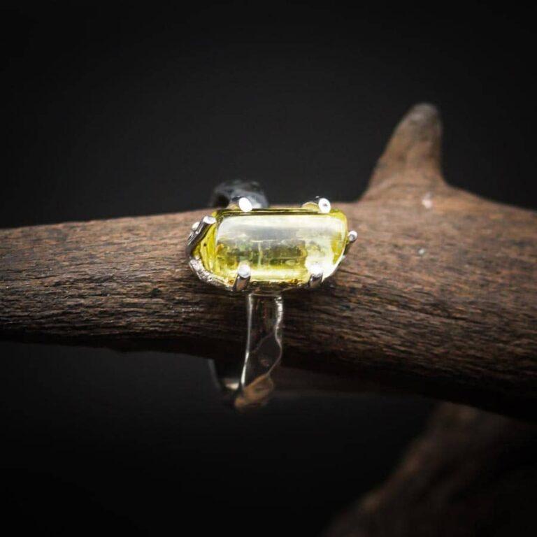 Silberring mit Goldberyll (gelber Aquamarin) Rohkristall gefasst in 925er Sterling-Silber mit Hammerschlag-Optik