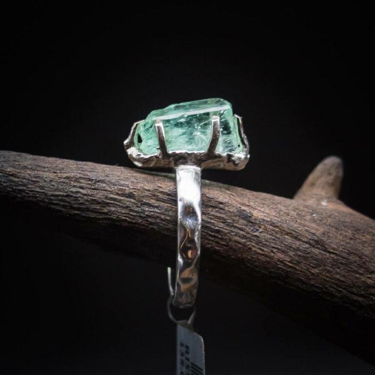 Silberring mit grünem Turmalin Rohkristall gefasst in 925er Sterling-Silber mit Hammer-Optik