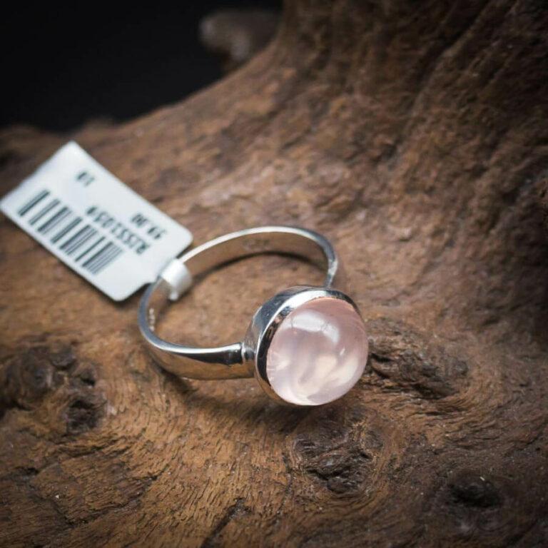 Ring mit Rosenquarz Cabochon gefasst in 925er Sterling-Silber
