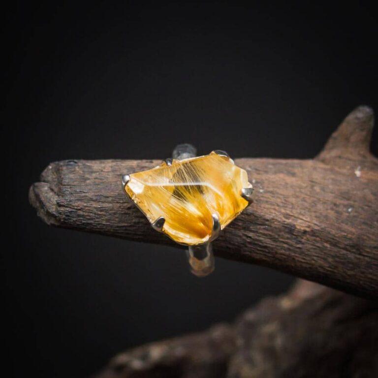 Ring mit Rutilquarz Rohkristall gefasst in 925er Sterling-Silber mit Hammerschlag-Optik