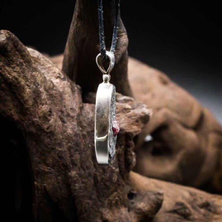 Anhänger mit Granat (Almandin) Rohkristall in Matrix gefasst in 925er Sterling-Silber