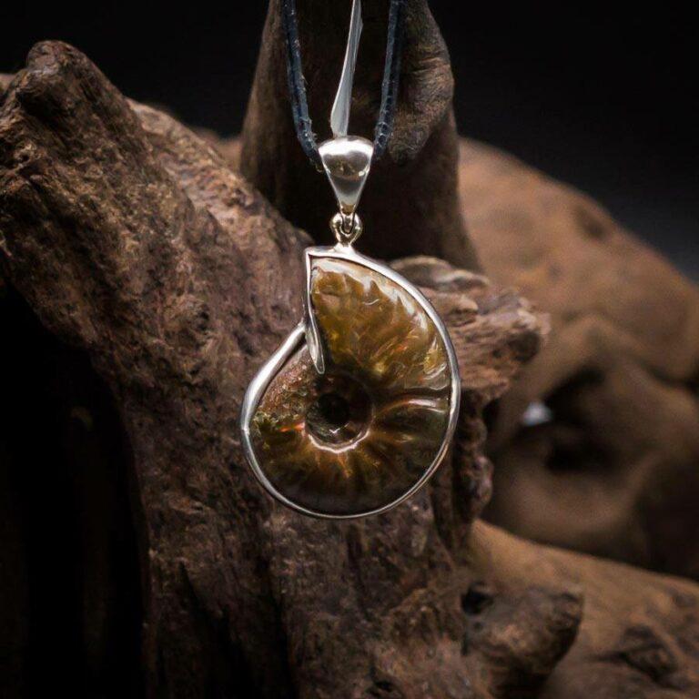 Anhänger mit Ammonit-Fossil gefasst in 925er Sterling-Silber