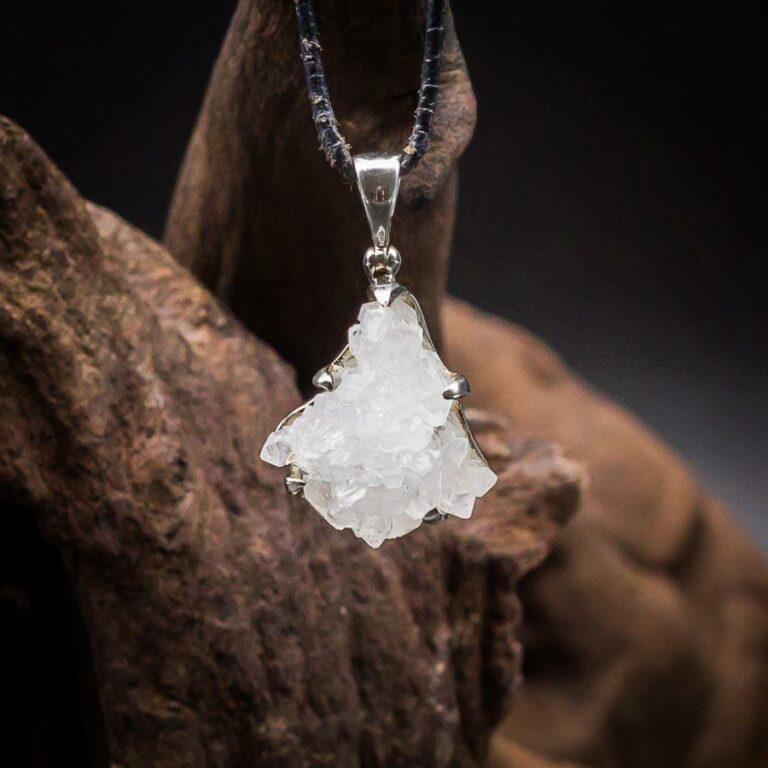 Anhänger mit Bergkristall-Druse Rohkristallen gefasst in 925er Sterling-Silber