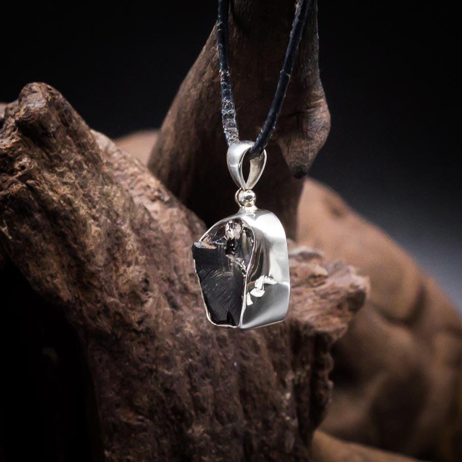Anhänger mit Edel-Schungit Rohstein gefasst in 925er Sterling-Silber