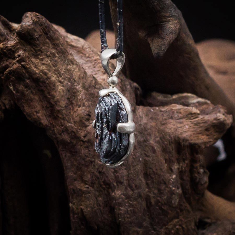 Anhänger mit Hämatit-Rose gefasst in 925er Sterling-Silber mattiert