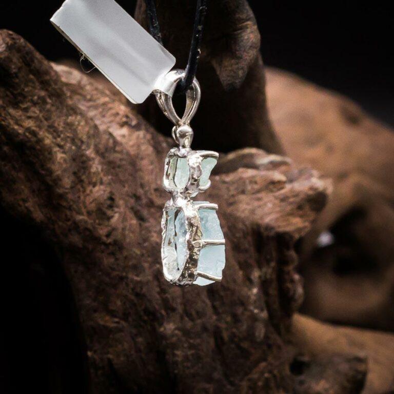 Anhänger mit zwei blauen Aquamarin Rohkristallen gefasst in 925er Sterling-Silber in Hammerschlagoptik