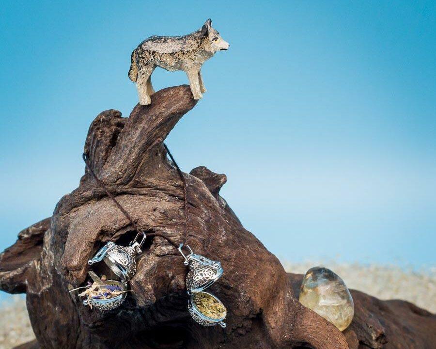 Wolf auf Berggipfel mit Citrin, Klarheit und Lupercalia