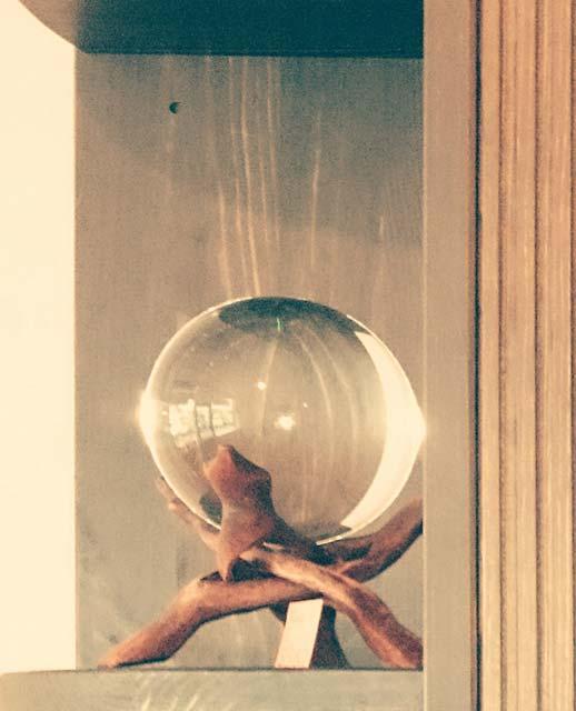 Eine Kristallkugel mit Ständer aus unserem Sortiment